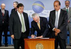 O presidente Michel Temer assinou nesta sexta-feira (16), no Palácio do Planalto, o decreto de intervenção federal na segurança pública no estado do Rio de Janeiro.  A medida prevê que as F