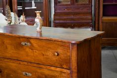 Easy Ways to Update Old Furniture Selling Furniture, Furniture Movers, Furniture Making, Antique Furniture, Best Interior, Interior And Exterior, Primitive Paint Colors, Grande Armoire, Vinegar