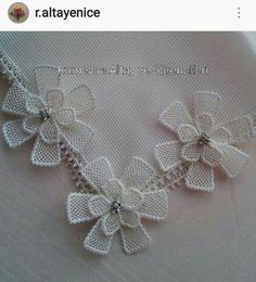 This Pin was discovered by Gün Crochet Leaves, Needle Lace, Crewel Embroidery, Filet Crochet, Diy And Crafts, Crochet Necklace, Projects To Try, Floral, Flowers