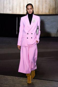 Roland Mouret Fall 2020 Ready-to-Wear Fashion Show - Vogue Runway Models, Vogue Paris, Roland Mouret, Vogue Fashion, Hijab Fashion, Fashion Show Collection, Mannequins, Short, Ready To Wear