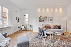 Generöst tilltaget vardagsrum med plats för den stora soffmöbeln. Erik Dahlbergsgatan 50b, Bjurfors.se