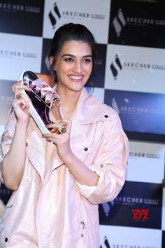 Actress Kriti Sanon launches Skechers shoes in New Delhi Bollywood Celebrities, Bollywood Actress, Hairstyles For Gowns, Alia Bhatt Cute, Ideas For Instagram Photos, Green Velvet Dress, Vintage Bollywood, Keep Fit, Bollywood Stars
