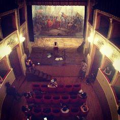 Panicale, luci del teatro Caporali. #altrasimeno foto di @lapausacaffe