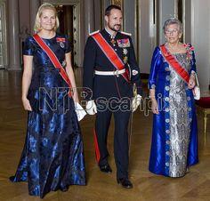 OSLO 20081014: Kronprinsesse Mette-Marit i blå brokadekjole, kronprins Haakon og prinsesse Astrid, fru Ferner, på vei til banketten på Slottet i anledning statsbesøket fra Irlands president. Foto: Cornelius Poppe / SCANPIX POOL