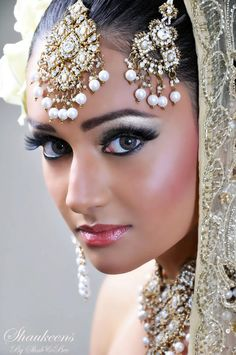 That's a beautiful example of an asian bridal makeup. It's traditionally more defined makeup, the eyes are my favourite part of the look, they really stand out. Indian Makeup, Indian Beauty, Bridal Makeup, Wedding Makeup, Beautiful Eyes, Beautiful People, Beautiful Bride, Hey Gorgeous, Beautiful Women