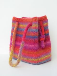 this will be the next felted knit bag I make ! Ravelry: Bigger (& Biggest) Booga Bag pattern by Julie Anderson Knitting Yarn, Hand Knitting, Knitting Patterns, Knitting Machine, Purse Patterns, Sewing Patterns, Knitted Bags, Knit Bag, Felted Bags