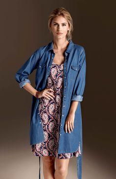 WORKER GIRL  Długa, dżinsowa koszula od Happy, 189 zł + sukienka z efektownym wzorem, 99 zł.