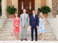 During their summer vacation, King Felipe and Queen Letizia of Spain welcomed the new Prime Minister of Spain in Palma. Urban Fashion, Retro Fashion, Fashion Fashion, Hugo Boss, Steve Madden, Fashion Essay, Smart Casual Women, Premier Ministre, Fashion Silhouette