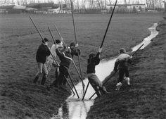 Jong geleerd, oud gedaan ... Jongens aan het slootjespringen of fierljeppen (32473)