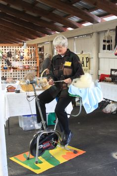 Productive multi-tasking at the Southern Adirondack Fiber Festival. Diy Spinning Wheel, Spinning Wool, Spinning Wheels, Hand Spinning, Expression Fiber Arts, Straw Weaving, Animal Fibres, Drop Spindle, Spin Out