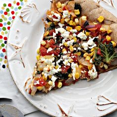 Mexican Pizza with Kale. Mexican pizza with kale queso and a chipotle-tomato sauce. Cheesy Recipes, Pizza Recipes, Easy Dinner Recipes, Vegetarian Recipes, Delicious Recipes, Dinner Ideas, Sweet Potato Kale, Roasted Sweet Potatoes, Sweet Corn