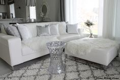 Home White Home: Living room with blond Sep textiles