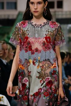 See all the Details photos from Valentino Spring/Summer 2018 Ready-To-Wear now on British Vogue Runway Fashion, High Fashion, Fashion Show, Love Fashion, Fashion Tips, Fashion Trends, Zara Fashion, 80s Fashion, Fashion Clothes