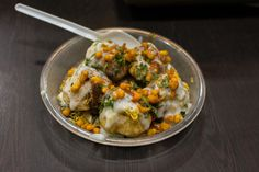 Cheeni Kum Papdi Chaat Recipe In Hindi Savory Snacks, Snack Recipes, Papdi Chaat, Tamarind Chutney, Chaat Recipe, Indian Street Food, Food Stall, Chicken Tikka, International Recipes