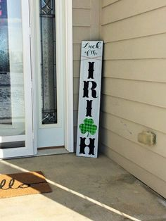 patricks day diy signs st patricks decor, front porch decor, shamrock decor, tall sign for front door Front Yard Decor, Front Yard Design, Front Porch, St. Patrick's Day Diy, Porch Welcome Sign, St Patrick's Day Decorations, Luck Of The Irish, Porch Signs, Diy Weihnachten