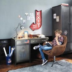 Industrial style desk with 1 door and 2 drawers on .- Schreibtisch im Industrial-Stil mit 1 Tür und 2 Schubladen aus Metall Teen Boys Room Decor, Teen Boy Rooms, Teenage Room, Boys Bedroom Decor, Boy Bedrooms, Industrial Style Desk, Industrial Boys Rooms, Industrial Metal, Industrial Closet