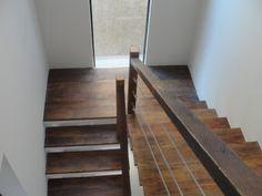 Escada de alvenaria revestida com madeira de demolição A madeira de demolição é uma ótima escolha para qualquer ambiente e p...