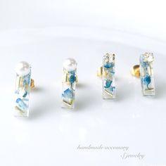 こちらは受注製作となります*----------------------------------*本物のお花を使用しています∮とっても小さなスティック状のピアス/イヤリングです*鮮やかなブルーのかすみ草とゴールドのビーズを閉じ込めました∮トップにはクリスタルのスワロフスキーと高品質の樹脂パールをあしらっています*◆ご購入の際に種類を備考欄へご記入くださいませ。S*スワロフスキーP*パールS又はPのどちらかをご記入ください。◆ピアス/イヤリング金具は配送選択よりお選びください。ゴールドメッキピアスチタンピアスクリップ式イヤリング ネジバネ式イヤリング からお選び頂けます。○素材 ドライフラワー、ビーズ、スワロフスキー、高品質樹脂パール、レジン○カラー ブルー系○サイズ 縦約1.5cm×横約4mm【注意】 ・お使いのモニターやブラウザによっては、写真の色が違って見えることがあります。・製品の特性上、硬化の際に起こる歪みや、小さな気泡等がございます。予めご了承ください。細心の注意を払って作業をしておりますが、小さいパーツを直接触りながら加工するため、指紋や空気中の...