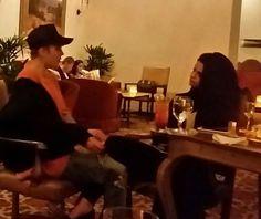 According to a paparazzi Justin Bieber got some burgers for him and Selena Según un paparazzi Justin Bieber compró algunas hamburguesas para él y Selena #SelenaGomez #JustinBieber #Selena #Justin #Selenator #Selenators #Fans