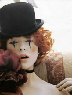 maquillage d`Halloween avec un chapeau noir et lames noires