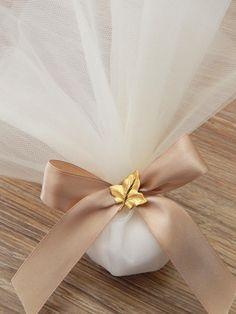 Μπομπονιέρα γάμου με σατέν κορδέλα, τούλι και διακοσμητικό φυλλαράκι από ορείχαλκο. Η μπομπονιέρα περιέχει 5 κουφέτα Χατζηγιαννάκη και η τιμή συμπεριλαμβάνει το Φ.Π.Α.