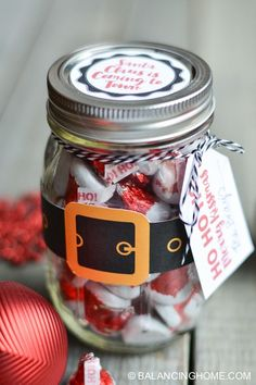 SANTA MASON JAR GIFT! Super simple mason jar gift. Grab some Hershey Kisses and these free printables to turn a mason jar into the perfect Christmas gift for neighbors, co-workers and teachers.
