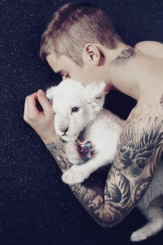 He is so cute with the baby tiger. Justin Bieber I LOVE YOU❤️❤️ .💜💜💜🤴🏼🐾🐾🐾🐾💜💜💜He's so adorable and amazing with animals💜💜💜🤴🏼🐾🐾🐾🐾💜💜💜✨✨✨✨😇💓💝🌚🌝. Fotos Do Justin Bieber, I Love Justin Bieber, Justin Bieber Wallpaper, Justin Love, Justin Baby, Justin Hailey, Ex Amor, Colbie Caillat, Aaron Carter