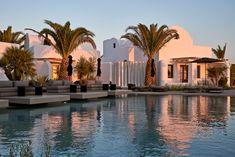 Σε ένα καινούργιο ξενοδοχείο στο Ημεροβίγλι η κυκλαδίτικη αρχιτεκτονική συναντά το σύγχρονο design κι η χαλάρωση έχει για... υπερ-ατού μια συγκλονιστική θέα. Santorini, Athens, Mansions, House Styles, Travel, Home, Decor, Viajes, Decoration
