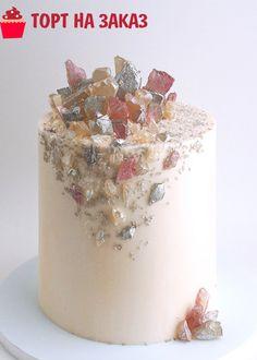 Украшение торта осколками льда