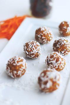 raw carrot cake bliss balls // healthy bite-sized carrot cake treats that are vegan, gluten-free, with no added sugar #vegan #glutenfree