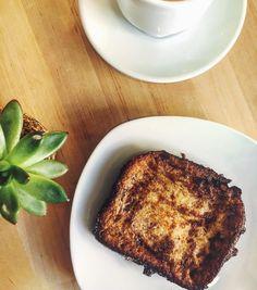 I E R N E S  es San Patricio  y ya huele a torrijas. Como esta casera con pan de Brioche de @la_miguina  Buen Findee  . . . . . #torrija #foodie #toast #food #igersmadrid #tgif #coffee