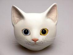 Контактная поверхность (белый Странно глазами кошка) Ручной работы кот лицо использованием штукатурки. С цепь присоединена. Это просто размер в ладони вашей руки. (H_10cm × W_10cm)