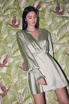 Short dress, long sleeves - yes please! We'd love to wear the silk satin Chloris dress by during those warm summer nights Elegant Prom Dresses, Dressy Dresses, Simple Dresses, Short Dresses, Dress Long, Robes Western, Western Dresses, Dressy Jumpsuits Evening Wear, Satin Vert