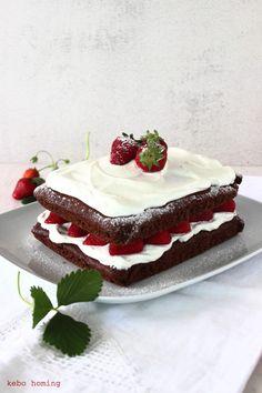 Joghurtschokokuchen mit Hollundersahne und Erdbeeren... Sonntagssüß samt Rezept bei kebo homing, dem Südtiroler Food- und Lifestyleblog