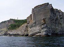 Formation rocheuse appelée « Le Vieux » et phare de Cap Gaspé  -  Parc National de Forillon