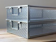 TRUSCO / 角型パンチングボックス VPB-3  4,990円(税込)   《TRUSCO(トラスコ)》の工業用収納ボックスから、もう一つ新入荷商品をご紹介。   『角型パンチングボックス』の品名通り、パンチングメタルが角型に成形された収納ボックス。  前回のブログで紹介し...