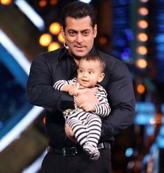 Salman Khan won't miss out nephew Ahil Sharma's birthday for the world. - Salman Khan takes a 22 hours long flight to Maldives to celebrate nephew Ahil's birthday! Salman Khan Photo, Aamir Khan, Bollywood Couples, Bollywood Stars, Bollywood Celebrities, Salman Katrina, Salman Khan Wallpapers, Movie Teaser, My Superman