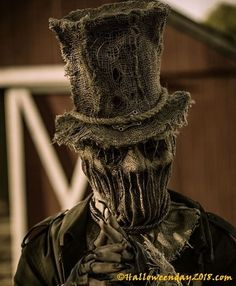 Scarecrow Homemade Halloween Costumes: You can categorize an easy homemade scarecrow Halloween costumes as one of the frightened. Everyone's been dressing up like a mummy, Freddy Krueger, and zombie, but you can make your creation as scarecrow Halloween Halloween Costume Diy, Masque Halloween, Diy Halloween Decorations, Halloween Crafts, Halloween 2017, Scarecrow Mask, Halloween Scarecrow, Creepy Halloween, Scary Scarecrow Costume