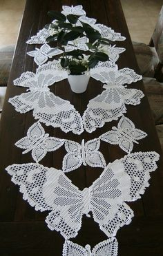 mesa de borboletas corredor toalha de mesa de crochê feito à mão arte contemporânea têxtil.