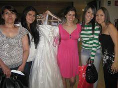 hermosa novia que encontro su vestido, gracias a la ayuda de sus amigas. felicidades!! 2 carrera de novias 2011. @specialty cleaners.mx