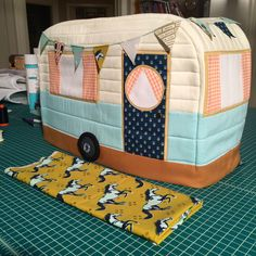 Retro Sewing Retro Caravan Sewing Machine Cover – Ginger Peach Studio - Are you intimidated by using knit fabric when you sew? Then check out this article full of fantastic tips for sewing with knit fabric. Sewing Hacks, Sewing Tutorials, Sewing Crafts, Sewing Tips, Toaster Cover, Costura Diy, Sewing Machines Best, Retro Caravan, Sewing Studio