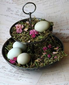 idée de bricolage pour Pâques - un présentoir à biscuits vintage décoré de mousse, œufs et fleurs desséchées