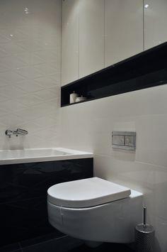 Biało czarna łazienka Corner Bathtub, Toilet, Bathroom Designs, Home Decor, Bath, Living Room, Flush Toilet, Decoration Home, Room Decor