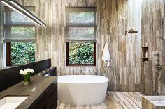 Szürke és fekete fürdőszoba nagy tükörrel