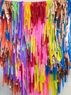 Birthday Parties For Kids Streamer Wall, Party Streamers, Kids Birthday Themes, Birthday Decorations, Glow Stick Party, 90s Theme, Diy Backdrop, Paper Backdrop, Colorful Party