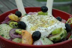 Isteni görög saláta feta sajttal Hungarian Recipes, Hungarian Food, Grill Party, Grilling, Feta, Cooking, Breakfast, Dressing, Baking Center