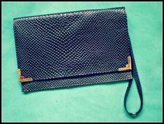 Sobre Renata, clásico de noche.  100% Cueros grabados.   www,facebook.com/budaabags   #fashion #moda #leather #collection #aw2015 #winter #handbags #bags #leather #budaabags #suelaynegro #cuero #like #love #megusta