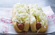 Amateurs de hot-dog vapeur? Voici la meilleure recette de salade de chou à hot-dog du Québec! Hot Dogs, Hot Dog Buns, Hot Dog Slaw Recipe, Canadian Dishes, Dog Food Recipes, Cooking Recipes, Meal Recipes, Recipies, Dessert Recipes