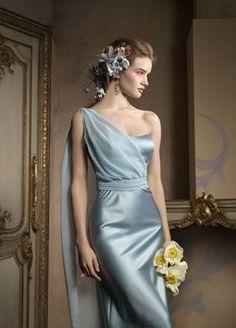 Elegante modelo tipo greco-romano en saten azul hielo y fulard en chiffon.