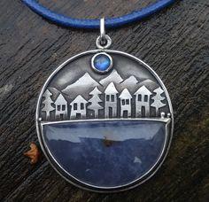 One night in Banff... Stříbro 925/1000 Kameny: Modrý chalcedon(Turecko), rainbow moonstone(Tanzánie) Průměr přívěsku 31mm. Patinováno, dárkově baleno. K přívěsku lze dodat modrou povoskovanou šnůrku se stříbrným zapínáním(v ceně) v délce dle přání zákazníka, nebo stříbrný řetízek v délce dle přání zákazníka(řetízek není v ceně, přibližná cena ...
